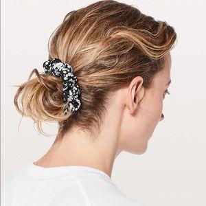 Lululemon Uplifting Scrunchie in Black/White